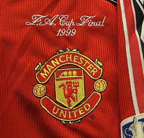 Manchester United logo thứ 5 từ 1998 đến nay